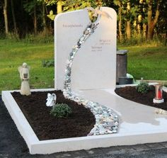 grave stone-lebensweg-bird-special-schoen Grave Monuments, Cemetery Headstones, Cemetery Art, Tombstone Designs, Cemetery Decorations, Funeral Flowers, Gardens, Gifts, Balloon Decorations Party