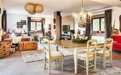 Zvenčí dům není ničím výjimečný. Zato když vstoupíte dovnitř, dýchne na vás kouzlo starých časů. Může za to směs stylového nábytku a doplňků, ale hlavně invence jeho majitelky, která vše dokázala skloubit dohromady.