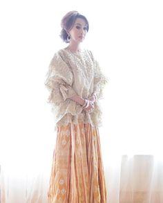 I would wear that shirt with an African skirt, same tyls as hers Kebaya Modern Hijab, Kebaya Hijab, Kebaya Muslim, Kebaya Brokat, Dress Brukat, Hijab Dress Party, Batik Dress, Fashion Mumblr, Batik Fashion