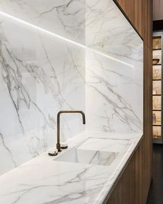 KM: like the 5 sided installation of Dekton Luxury Kitchen Design, Kitchen Room Design, Luxury Kitchens, Home Decor Kitchen, Room Interior, Interior Design Living Room, Modern Kitchens, Cuisines Design, Kitchen Countertops