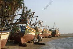 Cocha / Fishing Boats / Photo Khokha (sur la Mer Rouge, prov. Hodeida, Yémen).  Chantier naval au sud de Khokha : boutres sur la plage. 2002