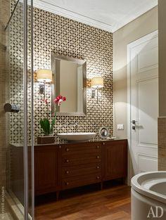 Тумба под раковиной в ванной комнате изготовлена по индивидуальному заказу по эскизам авторов проекта столярной компанией