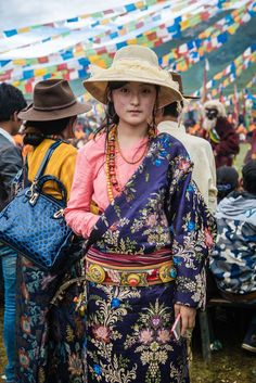 Young Woman in Tibet - 30 Photos Showing the Diversity of the Human Race Part 1 Best of Web Shrine We Are The World, People Around The World, Folk Costume, Costumes, Le Tibet, Tribal People, Tibetan Buddhism, Thinking Day, World Cultures