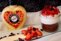 Eierlikör Rezept: Unwiederstehliches Trio: Schokoladen-Brownie mit Mascarpone-Eierlikör-Creme und Erdbeeren - Dessertrezepte - VERPOORTEN