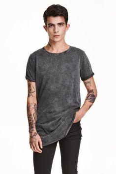 T-shirt comprida: T-shirt comprida em jersey de algodão com dobra cosida na extremidade das mangas. Orla sem acabamento no decote e base arredondada com bainha overlock.