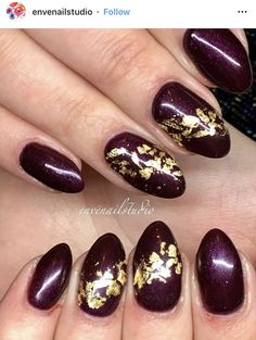 Dark purple nails with gold flakes - Toptrendpin Burgendy Nails, Dark Purple Nails, Red And Gold Nails, Dark Nails, Natural Nail Designs, Purple Nail Designs, Lime Green Nails, Short Nail Manicure, Purple And Gold Wedding