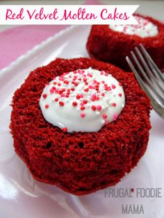 Red Velvet Molten Cakes via thefrugalfoodiemama.com #ValentinesDay #lavacake