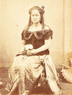 Possibly Adi Tupouto'a, wife of Ratu Timoci Tavanavanua. Melanesian People, Samoan Women, Samoan People, Black Royalty, Coloured Girls, Vintage Black Glamour, America 2, Aboriginal People, African Print Dresses