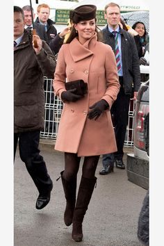 Trying her hand at neutral color-blocking at Cheltenham Racecourse in a double-breasted camel coat, brown Stuart Weitzman boots and a matching cocoa-colored hat. Kate Middleton Skirt, Kate Middleton Pregnant, Estilo Kate Middleton, Kate Middleton Style, Stuart Weitzman, Short Skirts, Mini Skirts, Princesa Kate Middleton, Kate And Pippa
