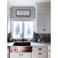 Amazing kitchen farmhouse sink ideas for your home. Visit to see Kitchen Sink Decor, Farmhouse Sink Kitchen, Shabby Chic Kitchen, Diy Kitchen, Kitchen Dining, Kitchen Ideas, 10x10 Kitchen, Farmhouse Decor, Kitchen Furniture