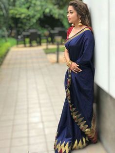 India is so special for the rich cultural variety and colourful dressing traditions. Saree (sari) is the best among Indian dresses. Navy Blue Saree, Blue Silk Saree, Indian Beauty Saree, Indian Sarees, Tamil Saree, Bengali Saree, Bengali Bride, Saris, Indian Dresses