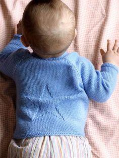 Strik selv: Barnebluse med stjerne - Hendes Verden - ALT.dk Sweater Knitting Patterns, Knit Patterns, Clothing Patterns, Baby Barn, Knapper, Baby Girl Sweaters, Crochet Baby Clothes, Knitting For Kids, Diy Baby