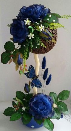 Photo Artificial Floral Arrangements, Flower Arrangements, Paper Flower Backdrop, Paper Flowers, Diy Crafts To Sell, Handmade Crafts, Topiary Centerpieces, Decoration Vitrine, Diy Ribbon