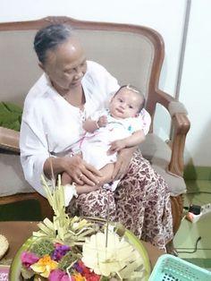Baru sampai di Bali, sembahyang dengan Nenek