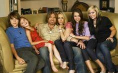 Miley Cyrus vem de uma família grande e deve ter várias histórias de infância para contar! Aqui, ela aparece ao lado dos pais (Billy Ray e Tish) e de três de seus irmãos (a diva tem quatro no total)!