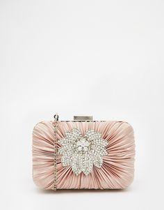 Imagen 1 de Clutch cuadrado color nude con detalle de broche floral de Vintage Styler