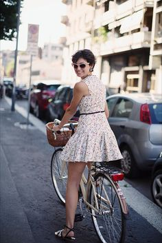 Bicycle chic in Milan,, Eva Fontanelli, photo by The Sartorialist Bicycle Women, Bicycle Girl, Feminine Tomboy, Feminine Style, Scott Schuman, Cycle Chic, Italian Women, Bike Style, Sartorialist
