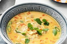 Kycklingsoppa med bacon - Recept - Tasteline.com 300 Calorie Lunches, 300 Calories, Lchf, Cheeseburger Chowder, Nom Nom, Curry, Food And Drink, Low Carb, Cooking Recipes