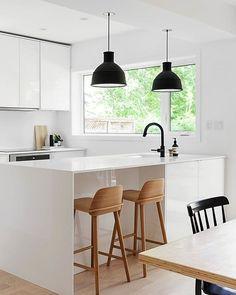 Bancos de madera agrega un ambiente cálido a una cocina blanco y minimalista http://www.nordika.mx/nerd-roble-laqueado-natural-chico.html