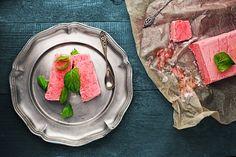 Nieco inna forma lodów - semifreddo. W dodatku truskawkowe, choć jeżeli lubicie inne owoce, możecie je podmienić lub dodać do przepisu.