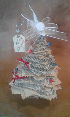 Natale 2015! Mini albero realizzato in carta di recupero e addobbato con perline in carta..