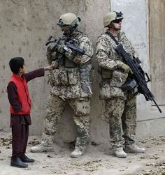 et barn i Afghanistan vil se hvad han er for en :D xD