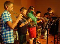 Lesvolgen kan op individuele basis maar ook in groepsverband. Voor speciale gelegenheden worden er ook stukken ingestudeerd voor heel veel trompetten.