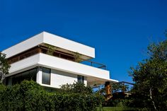 by MarchettiBonetti+ #architecture #modern #arquitetura #moderna #marchettibonetti #house #residencia #inspiracao #idea #white #garden #view #nature