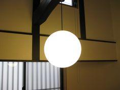我が家の照明たち -ペンダントライト編-の画像 | わびさび -WabiSabi-ご覧のとおりの真丸いフォルムで、洋にも和にも合うデザインです。  似たような真丸のデザインのペンダントは他のメーカーでもあるのですが、このパナソニックのSPHERE(スフィア)が一番シンプルで真球に近いような気がします。 コードがついている上部の仕上げがミソです。