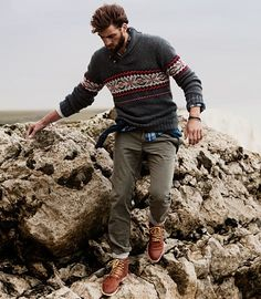 Seriously stylish yet comfy, this outfit is comprised of a charcoal fair isle crew-neck sweater and olive chinos. Unimpressed with this outfit? Invite a pair of brown leather casual boots to spice things up. Rugged Style, Style Brut, Neue Outfits, Mens Fall, Sharp Dressed Man, Mode Style, Men Looks, Winter Dresses, Men Dress