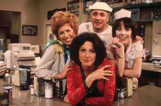 """Linda Lavin in """"Alice"""" with Polly Holliday as Flo (Kiss Ma Grits), Beth Howland as Vera, Vic Tayback as Mel and Philip McKeon as Tommy. 1976"""