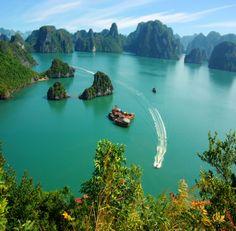 La baie de Ha Long, situé dans le nord-est du Vietnam est inscrit au patrimoine mondial de l'UNESCO, et pour cause, sur le bleu du ciel se découpent les ombres contrastées des différentes îles. La légende conte que la baie aurait été habitée par un dragon. Ce dernier, dans un élan protecteur aurait craché des milliers de perles, qui, une fois dans la mer, se seraient transformées en îlots...#baiehalong #vietnam
