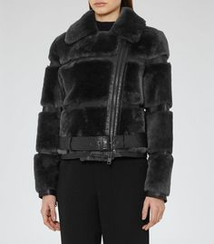 leather and shearling motorcycle jacket. cozy winter fashion looks Shearling Jacket, Fur Coat, Winter Fashion Looks, Winter Stil, Jackets For Women, Clothes For Women, High Fashion, Womens Fashion, Wearable Art