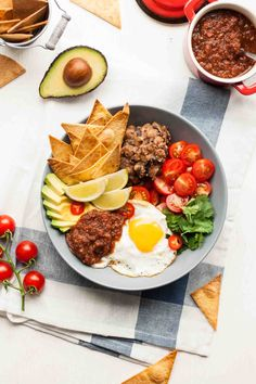Your favourite Mexican breakfast recipe in bowl form! This flavour-packed huevos rancheros bowl is perfect for lunch, dinner or sharing, or just anytime! Mexican Breakfast Recipes, Brunch Recipes, Mexican Food Recipes, Ethnic Recipes, Vegetarian Breakfast, Meal Recipes, Delicious Recipes, Make Ahead Breakfast Casserole, Breakfast On The Go