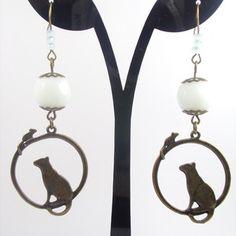 Boucles d'oreilles en métal bronze, breloque chat et sourie et sa perles en verre
