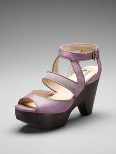 Purple shoe.  Purple Dress #2dayslook #PurpleDress #kelly751   #anoukblokker  www.2dayslook.com