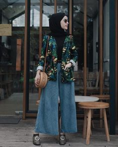 Hijab with trendy outfit idea bring eye-catching touch on your modern appearance. crazy girls are like this lovely apparel with your hijab wrapping styles. Modern Hijab Fashion, Street Hijab Fashion, Muslim Fashion, Modest Fashion, Fashion Outfits, Fashion Fashion, Fashion Days, Casual Hijab Outfit, Hijab Chic