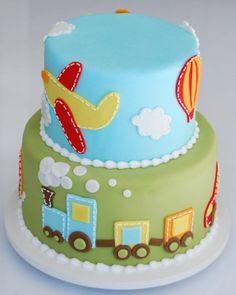 Trem, avião, balão e carros decoram esse bolo de aniversário de dois andares. Da Nika Linden (www.nikalinden.com.br). R$ 250, serve 25 fatias. Preço consultado em outubro de 2012. Sujeito a alteração