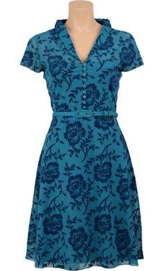 Vrouwelijk jurkje met wijde rok en een V-hals met kraagje. De jurk heeft een knoopsluiting voor en een bijpassend ceintuur. - Kinglouie By Exota