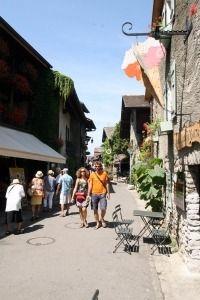 Straatje in het dorp Yvoire in de streek Savoie in Frankrijk Yvoire, Street View, Van, Alps, Vans, Vans Outfit
