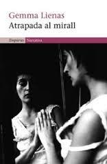 Atrapada al mirall. Gemma Lienas. Atrapada al mirall, a més, no és una novel·la qualsevol. És una novel·la que ens parla sobre les relacions de poder entre unes persones i la debilitat d'unes altres. Sobre el que s'amaga darrera l'aparença de qui només t'ensenya allò que et vol mostrar. http://www.nosaltresllegim.cat