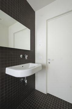 Две ванные комнаты, одна в черно плитки, а другой в белый, завершить реконструкцию.  Деревянные рейки на полу душевой позволяют легко дренажа и удобной утреннего душа, даже в холодные дни.
