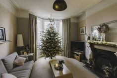 The Decoration of The Living Room at Christmas Has Arrived Make Your Home Coolest - javgohome-Home Inspiration Christmas Lounge, Christmas Living Rooms, Christmas Home, Victorian Terrace House, Victorian Homes, Lounge Curtains, Gold Christmas Decorations, Holiday Decor, Modern Country