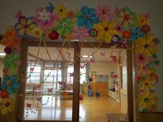 卒園式の年長の保育室の出入口装飾です。テーマが花と蝶々だったのでたくさんちりばめました。