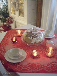 Punainen pöytäliina / Red tablecloth