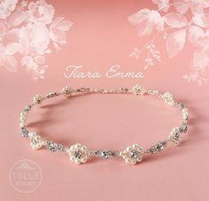 Nossa linda e elegante #TiaraEmma possui pérolas e pedrarias em perfeito equilíbrio! ✨💎 Para as noivas que buscam uma grinalda leve e atemporal!  Faça seu pedido através do nosso site/loja virtual: www.tullenoivas.com