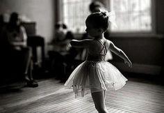 Осторожно! Девочка танцует...