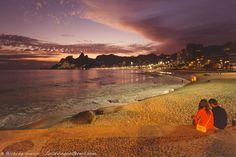 Por do sol na Praia do Arpoador. Veja outros lugares incríveis para dizer tchau para o astro-rei >>> http://www.guiaviagensbrasil.com/blog/10-lugares-inesqueciveis-para-curtir-o-por-do-sol-no-brasil/