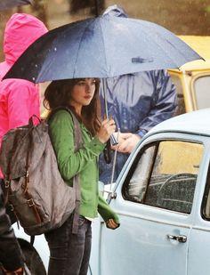 Nuevo vídeo grabado por Lisa de @50shadesgirlpdx de la escena de la película 50 Sombras de Grey rodada ayer donde vemos a Anastasia Steele en el parking de la Universidad bajo la lluvia. Fuente:@5...