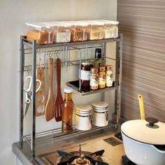 奥行はわずか15cm!コンロサイドにスッキリ収まる省スペースなスパイスラック。キッチンツールを吊るして収納できるので、お料理中も手に取りやすく便利にお使いいただけます。調味料の収納棚は、上段棚板・中央ハーフ棚・下段ネット棚と収納力も充実。収納物の高さによって使い分けも可能です。調味料の収納棚はステンレス製でお手入れ簡単。便利な調味料ポット5個つきです。スリムなスペースでキッチン用品・調味料・お料理グッズをまとめて収納できる、シルバーの光沢が美しい調味料ラックです。